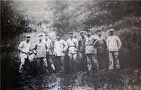 1933年11月,周恩来与红一方面军部分领导在建宁合影
